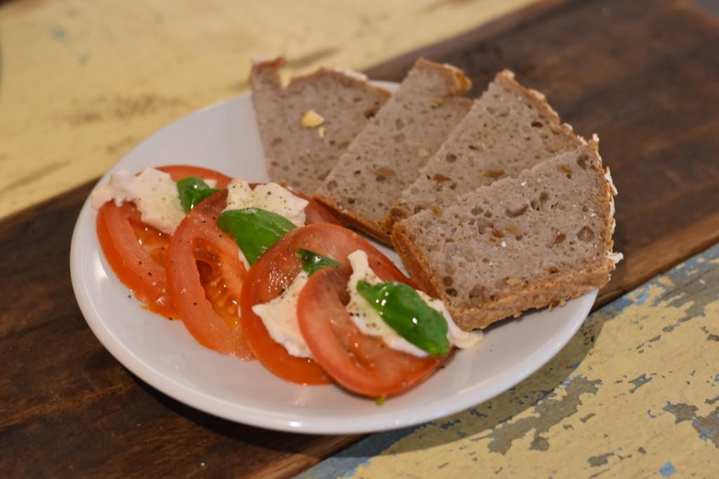 vegan salade caprese mozzarella